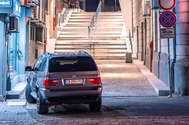 Джип се паркира на ремонтираната ул. Малко Търново