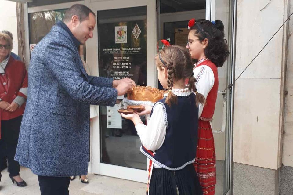 Независимият кмет Николай Гюров влиза в кметството на Панчарево