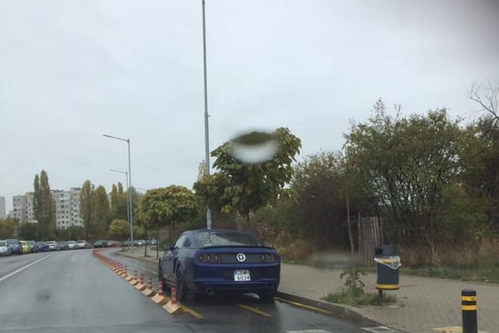 Автомобил се паркира на велоалея