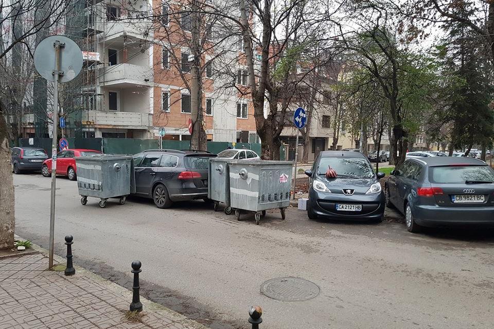 Паркирани коли мажду контейнерите в Триадица