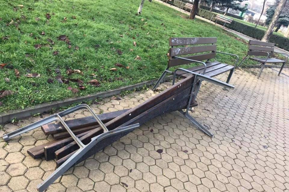Счупена пейка в градинката на НДК.