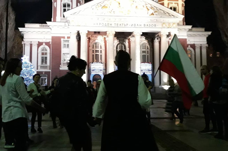 Хора пред Народиня театър