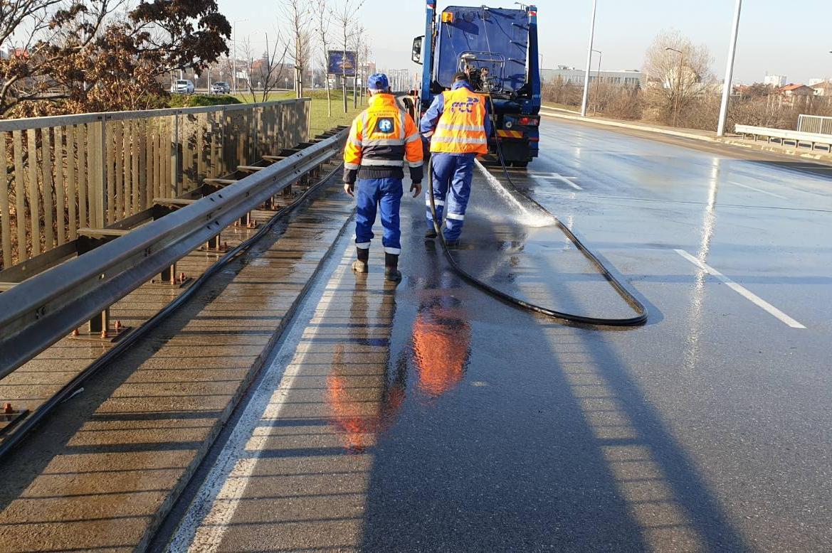 Миене на улици и булеварди заради мръсния въздух в София