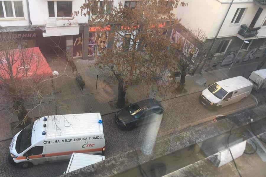 """Кола затвори линейка на улица """"Парчевич"""""""