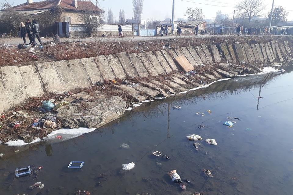 Замърсяване с отпадъци на реката в Малашевци