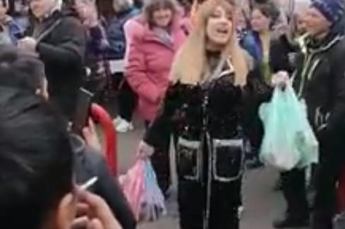 Роксана пее на Женския пазар