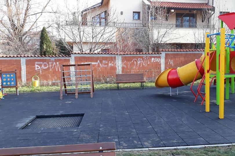 Издраскана детска площадка в кв. Витоша