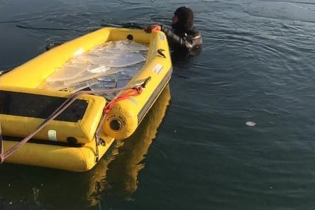 Водолази проверяват дъното на езерото в Дружба