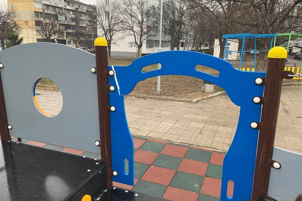 Потрошена детска площадка в Дружба 1, която е между сградата на район Искър
