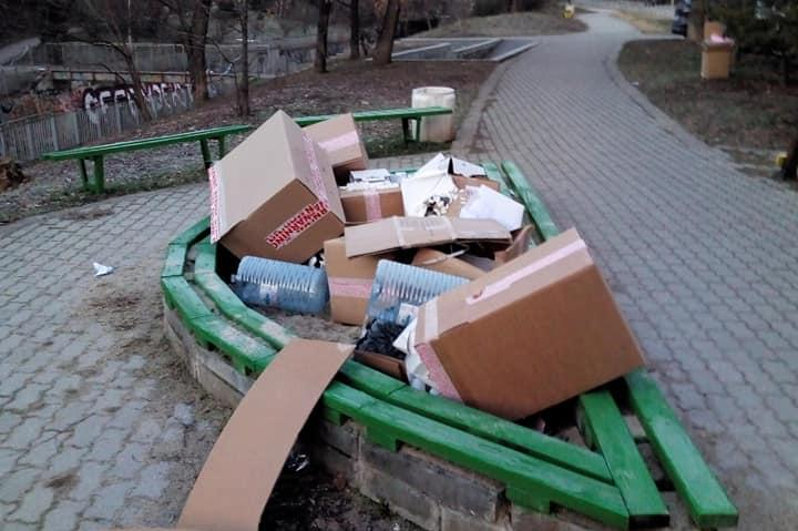 Детска площадка затрупана с кашони