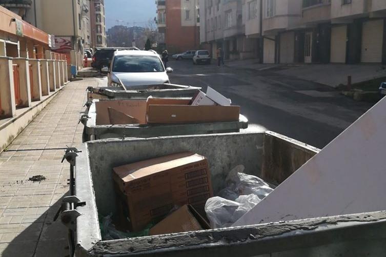 Изхвърлени кашони в контейнери за битови отпадъци