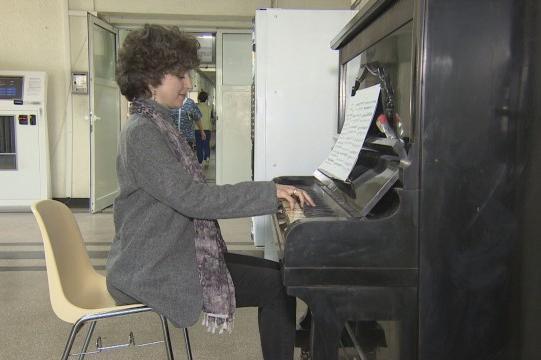 Жена, която се излекува от рак дари пиано
