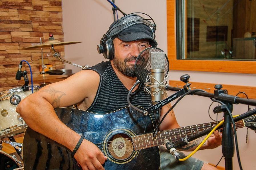 """Барабанистът на """"Сигнал"""" Владимир Захариев помага на млади таланти"""