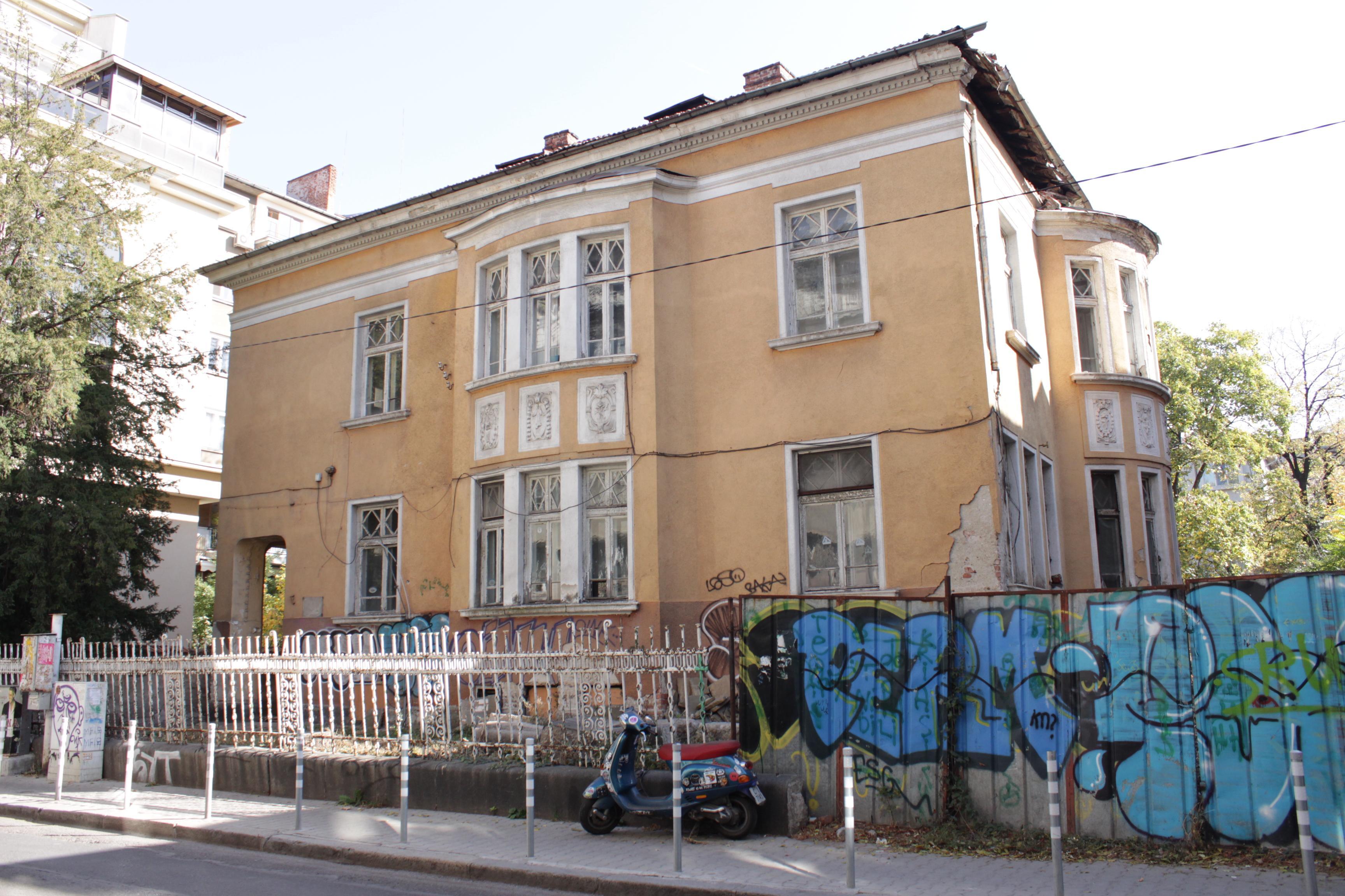 Надрскани фасади