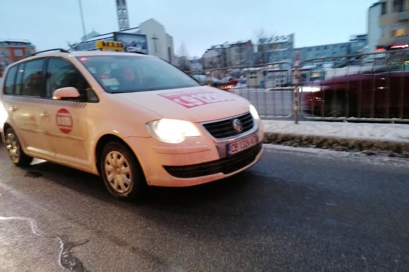 Таксиметров шофьор наби жена в колата й