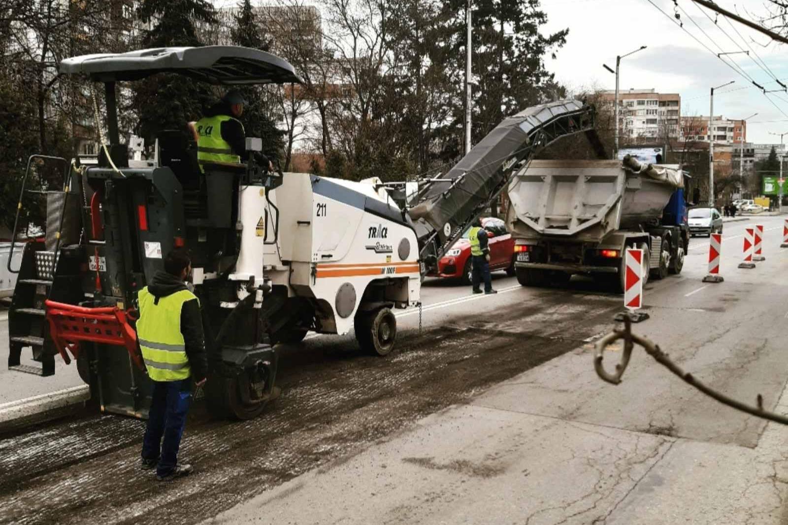 Зам.-кметът по строителството инж. Цветан Божинов проверя текущите ремонти