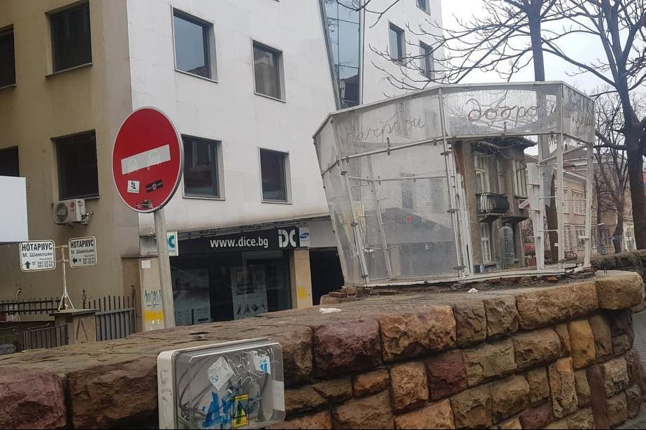 Разрушената будка на бул. Дондуков на трамвайната спирка срещу операта