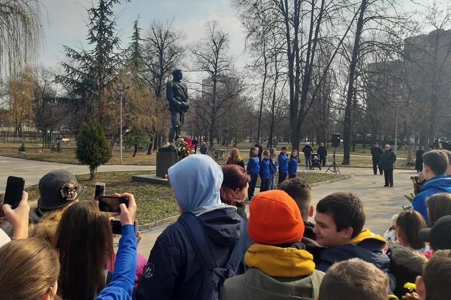 "Обединени спортни клубове ""Левски"" поднесоха цветя на паметника на Апостола"