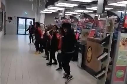 В хипермаркет в Дружба друснаха едно Дунавско хоро за зареждане (ВИДЕО)