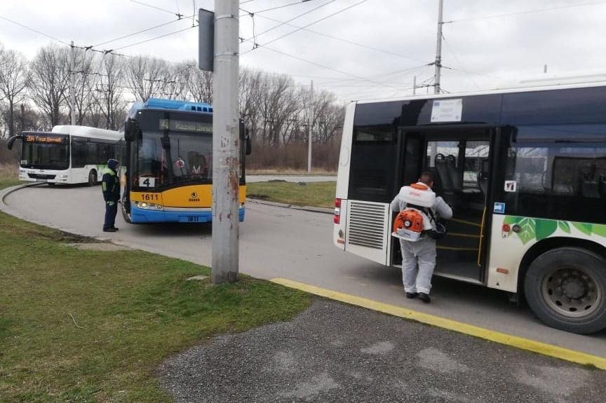 Дезинфекцират автобусите от гараж Дружба и на крайна спирка