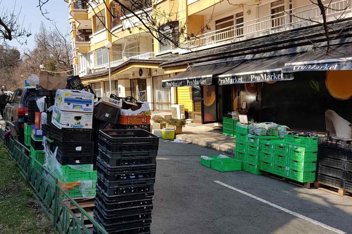 Съставиха акт на ПроМаркет за стоки и отпадъци на тротоара в Лозенец