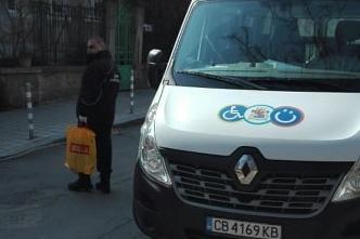 Екипи на АПП пазаруват храни и лекарства за възрастни и самотни в София