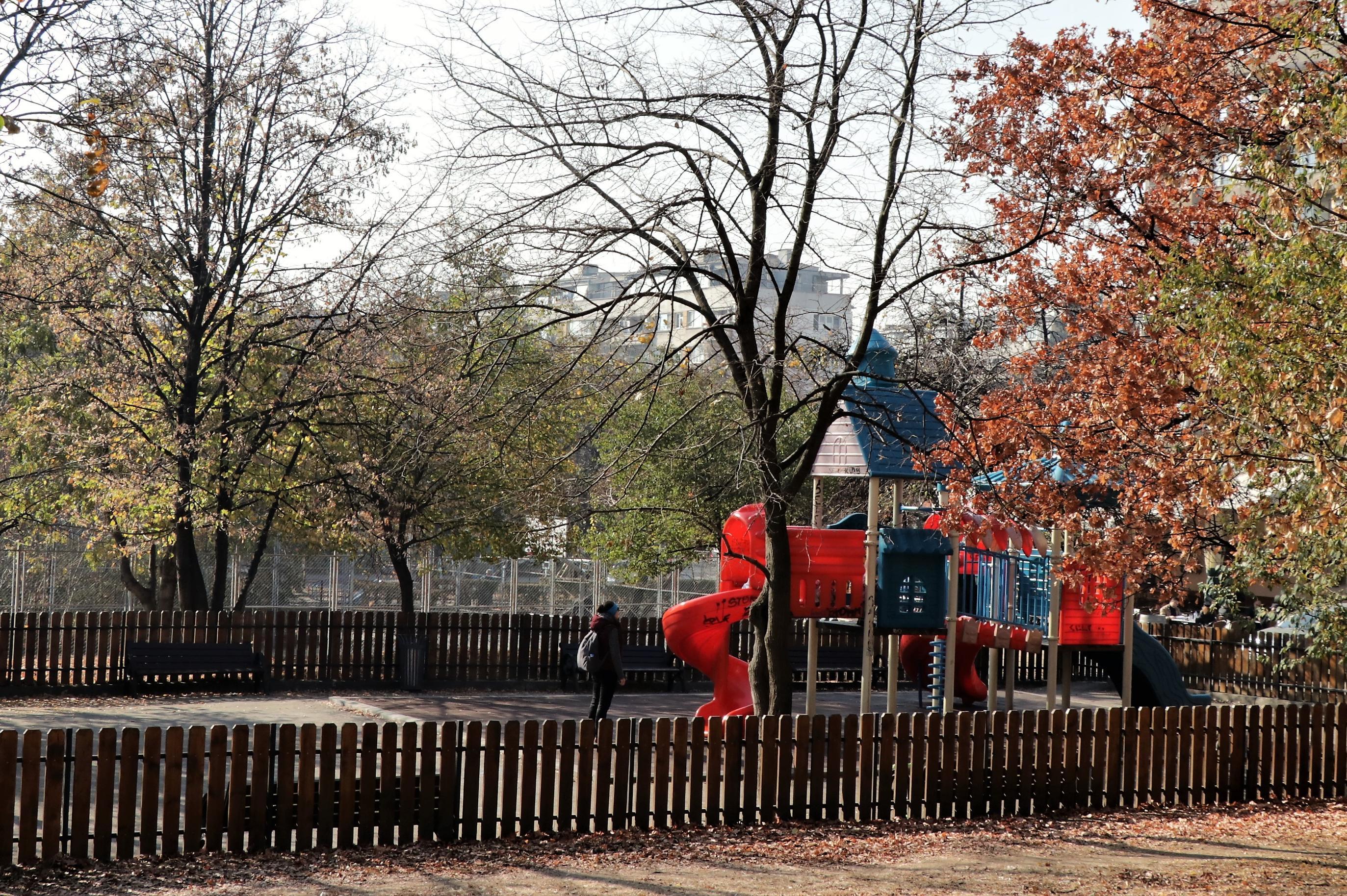 """Млади и възрастни се струпват на площадка в район """"Триадица"""""""