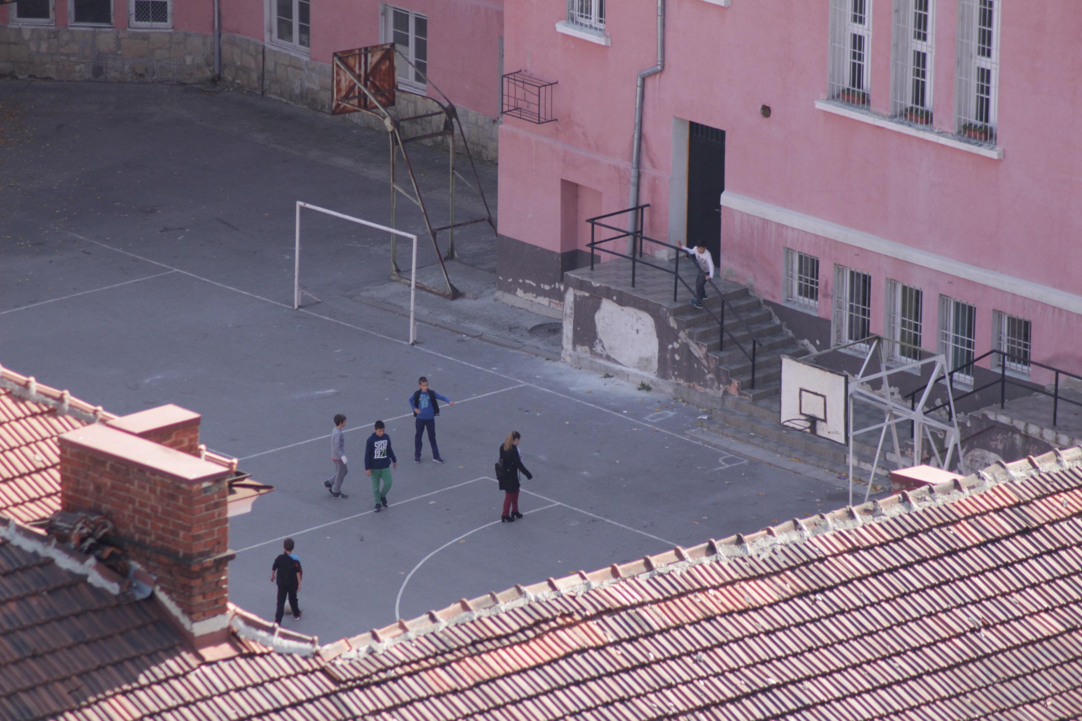 Спорт в училищен двор в район Триадица