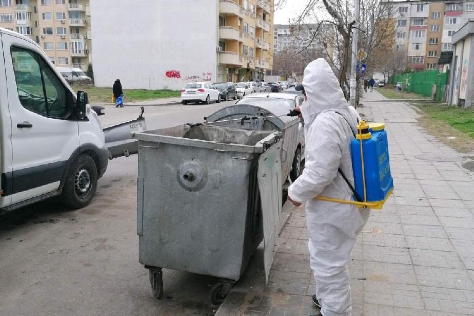 Дезинфекцират контейнери и спирки в 10 столични района (СНИМКИ)