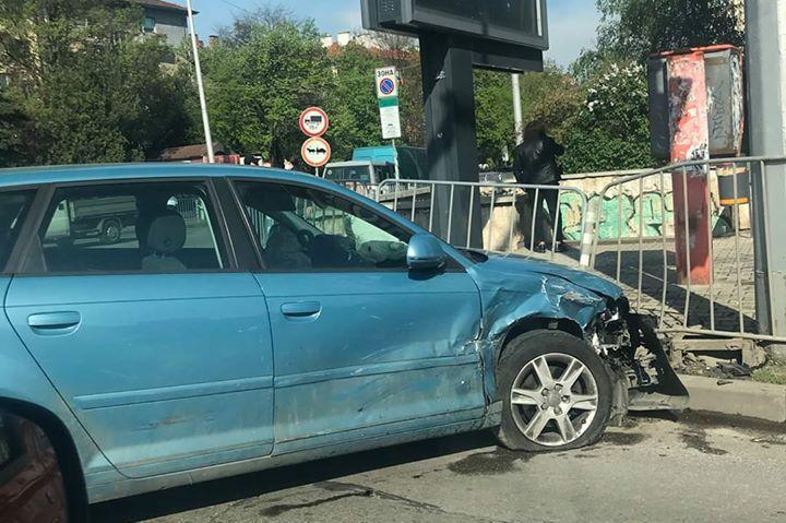 Автомобил се заби в огражденията на тротара при Румънското посолство