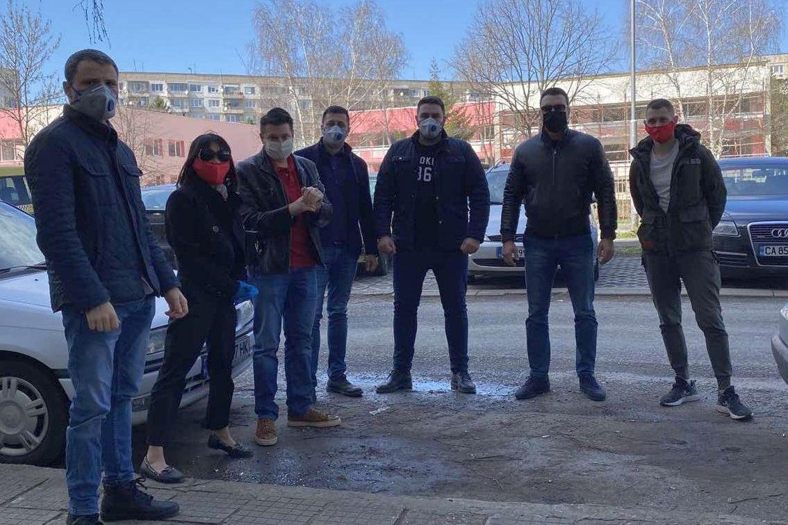 Калоян Паргов и младежи с дарителска кампанияза 3 сирачета и баба им