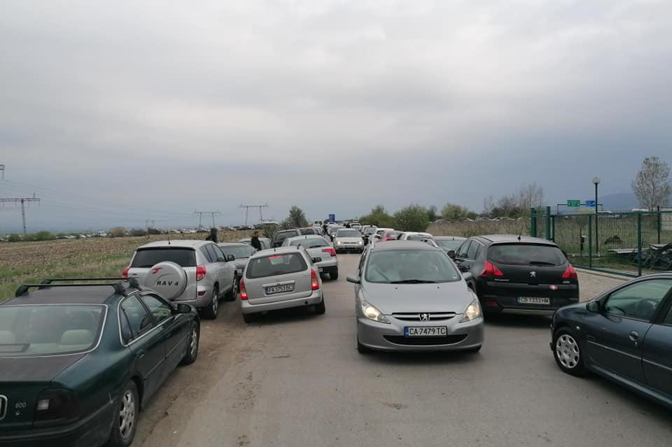 Стотици на влязоха в София, нощуваха по магистралите