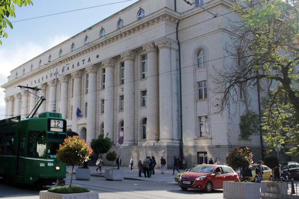 Заснеха клип с разголени танцьорки в Съдебната палата-магистратите скочиха