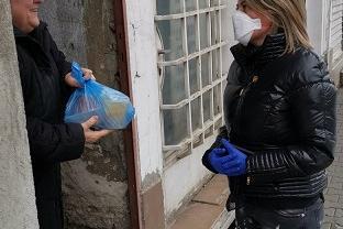 """21  възрастни от """"Възраждане"""" получават по домовете си топла храна"""