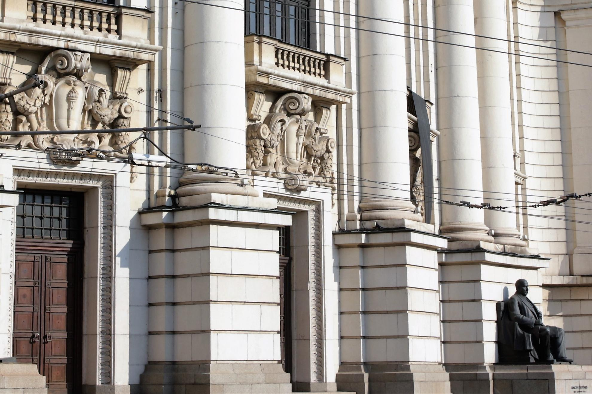 Софийският университет: Махат се стари климатици, няма нови дупки
