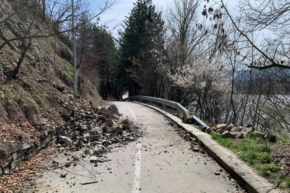 Свлачище затрупа велоалеята в Панчарево
