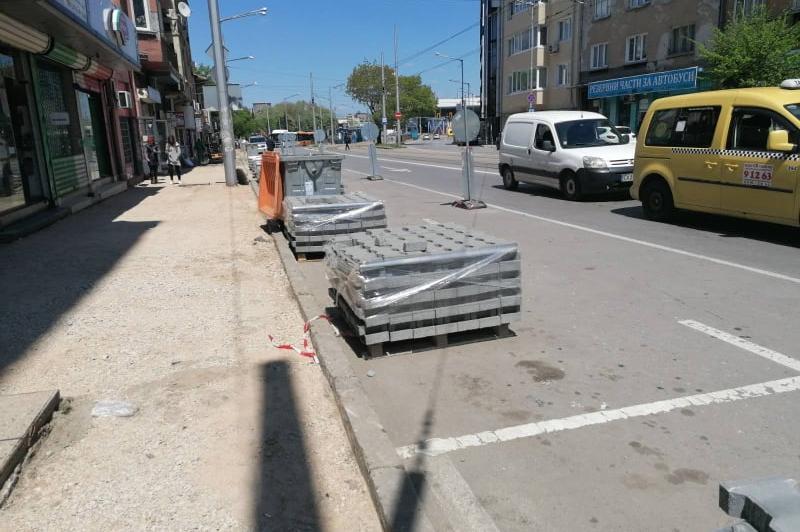 Разкопаните тротоари и поставените 5 вида капаци на шахти на 2 квадратни ме