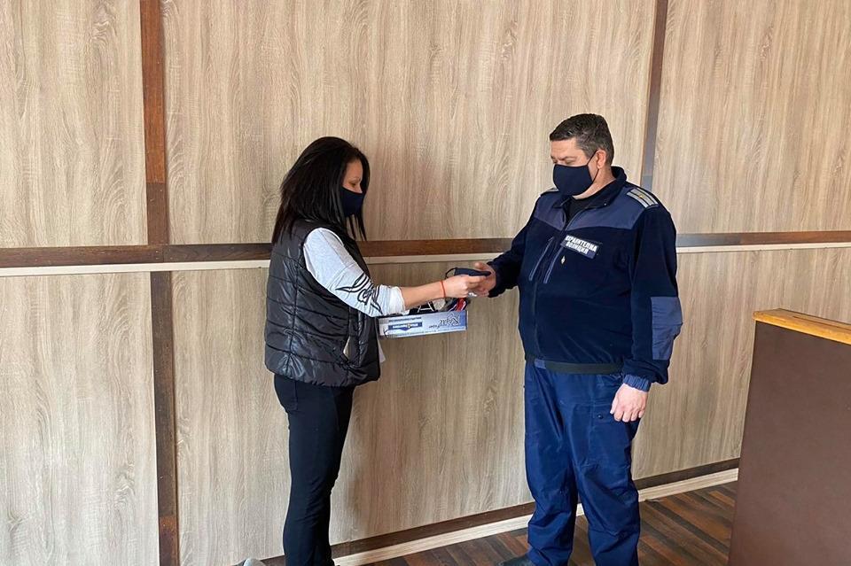 """Учители от """"Гниляне"""" доставиха маски на полицията в Нови Искър"""