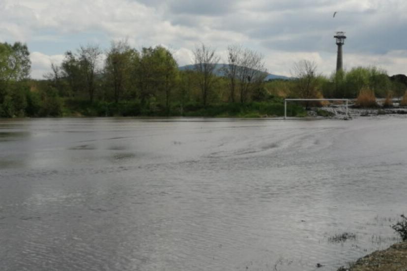 Ограничиха движението по пътя София- Перник заради опасност от наводняване
