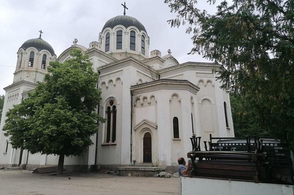"""Върнаха пейките в градинката на храм """"Свети Георги"""" в столицата"""