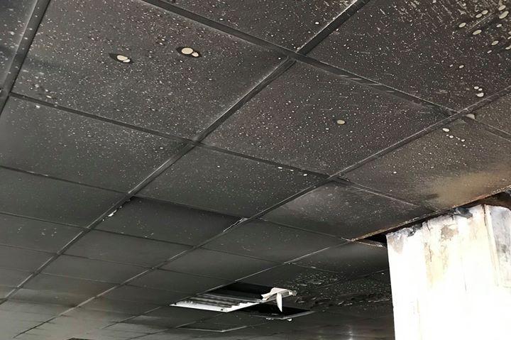 """Опожареният таван на подлеза на """"България"""" и """"Гоце Делчев"""" е опасен"""