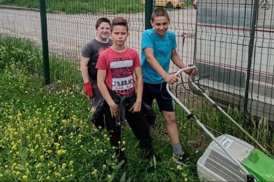 """Добротворци: Три момчета окосиха игрище и почистиха площадка в кв. """"Бенковс"""