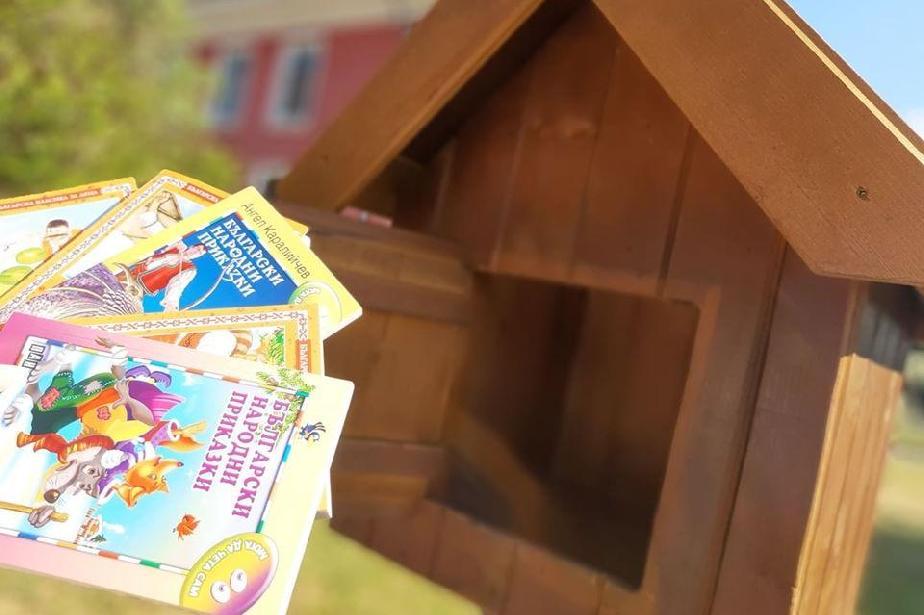 """Къщичка за книги за втора година радва хората край езерото в """"Дружба"""""""