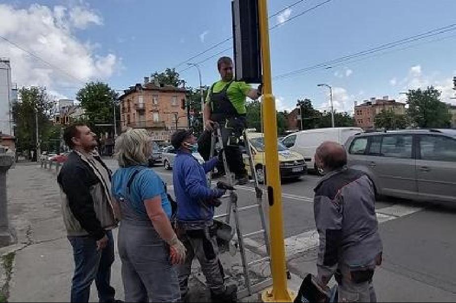 """Слагат нов светофар на кръстовището на """"Раковски"""" с бул. """"Сливница"""""""