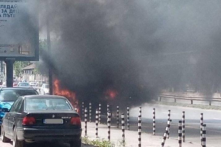 Изцяло изгоря бус на столичния бул. Сливница