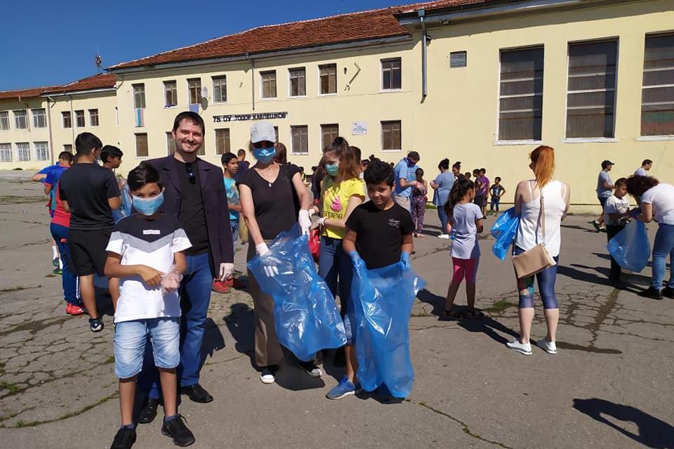 """Добротворци: Ученици и родители лъснаха двора на """"Т. Каблешков"""" във Факулте"""