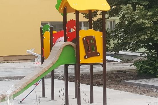 """Монтират пързалки и люлки в """"Пеперуда"""", отваря през есента"""