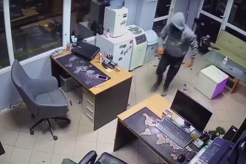 Камери заснеха крадци, обрали офис в Дружба 1