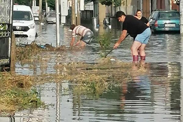 Наводнени улици, дворове и къщи от проливния дъжд в Казичене