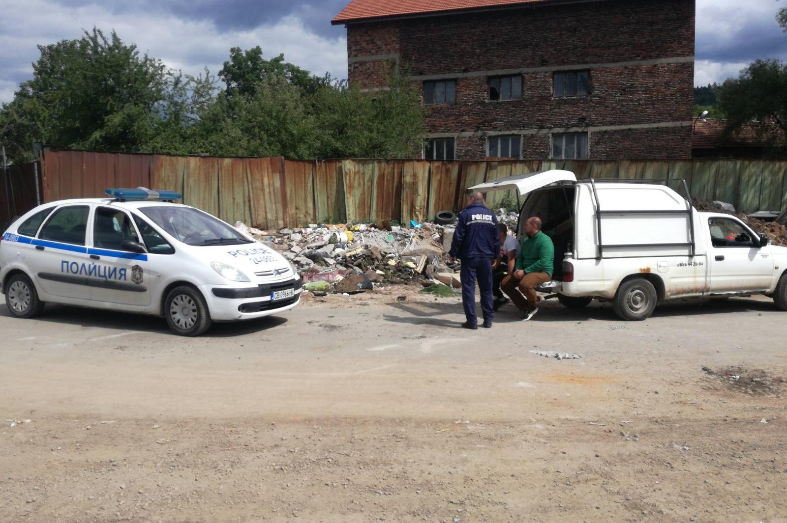 Глобиха озеленител в с. Герман, изхвърля купища отпадъци